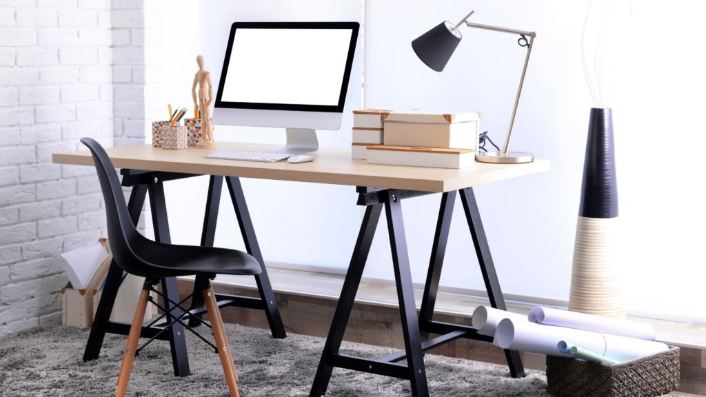 Mesa de escritório com cadeira e computador