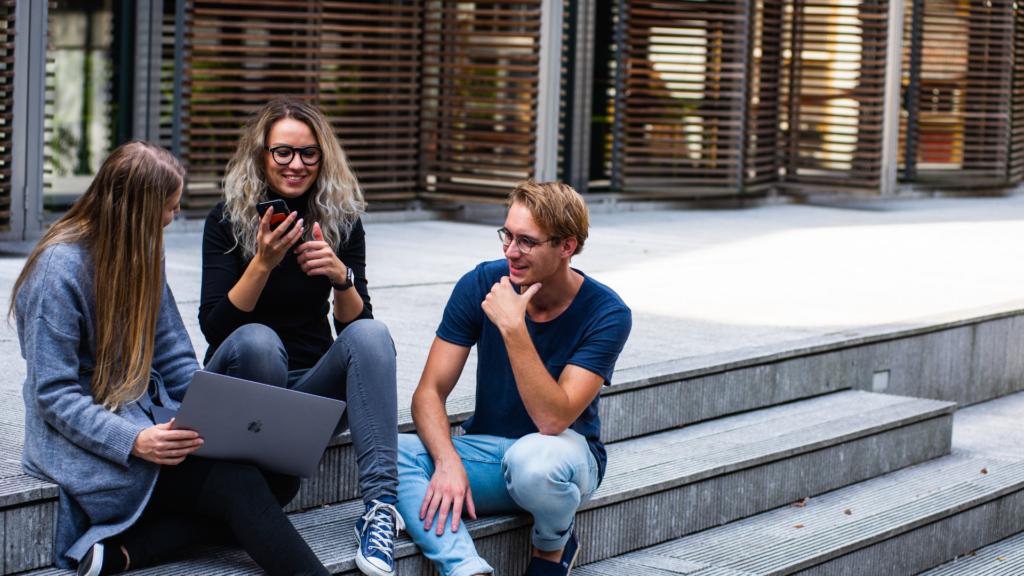 Pessoas conversando sentadas na calçada